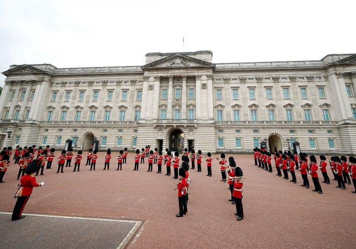 El Palacio de Buckingham acoge el primer cambio de guardia en más de 1 año