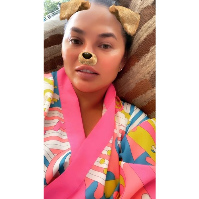 Chrissy Teigen niega las teorías de que borra los comentarios negativos de sus redes sociales 2 Filtro de Instagram Robe Dog Ears