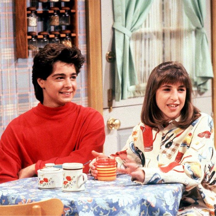 Joey Lawerence dice que ha habido 'varias conversaciones' sobre un suéter rojo de reinicio de 'Blossom' Mayim Bialik