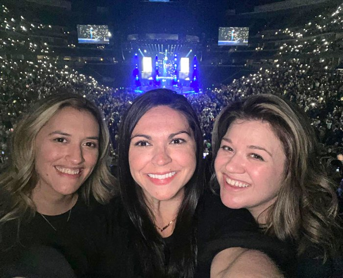Kelly Clarkson anima a Blake Shelton en su concierto con amigos: 'Livin Our Best Lives!'