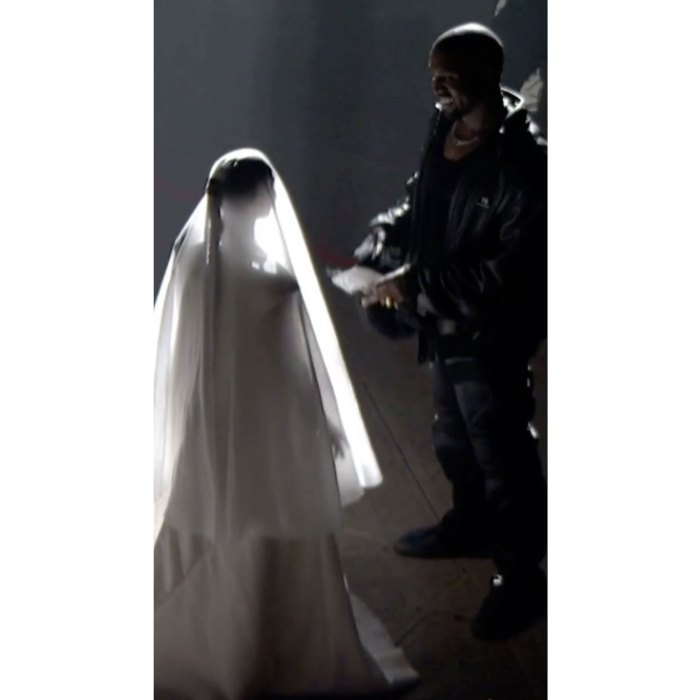 Kim Kardashian se da la mano con Kanye West en Donda Event 2
