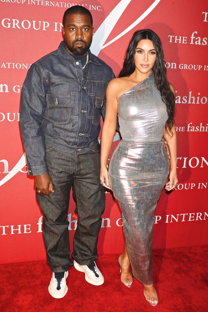 Kim Kardashian se da la mano con Kanye West en el evento Donda