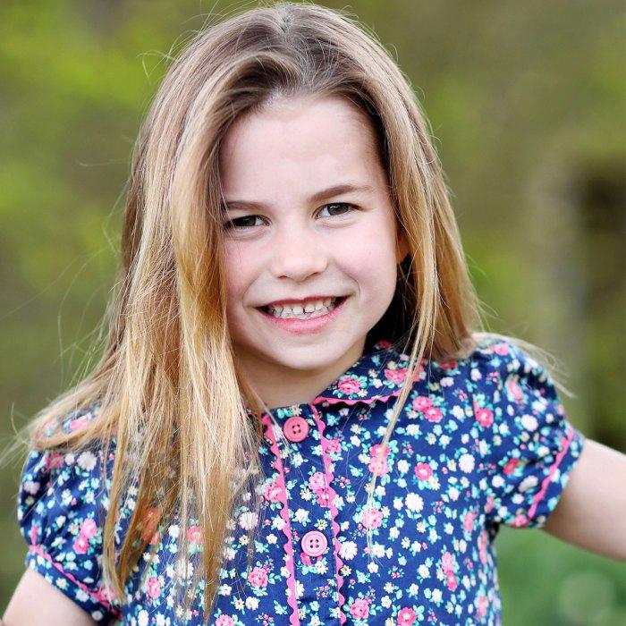 ¡Pequeño fanático de la naturaleza!  La princesa Charlotte juega con mariposas en New Snap