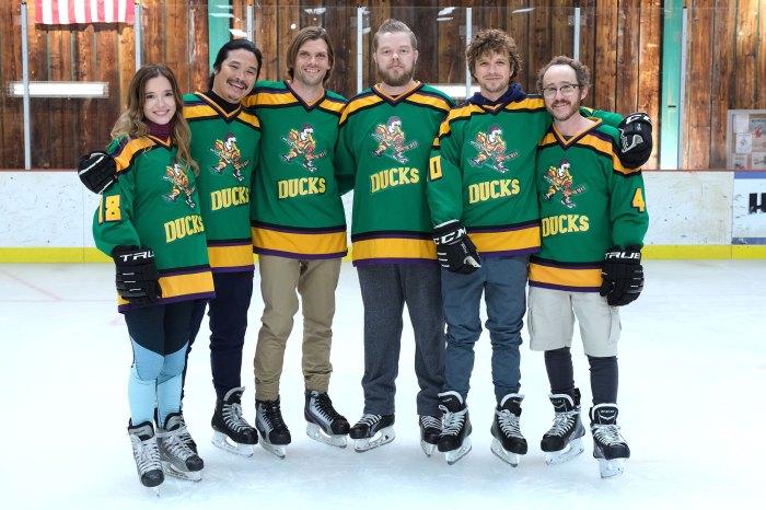 Marguerite Moreau se burla de la segunda temporada de Mighty Ducks con el elenco de Joshua Jackson
