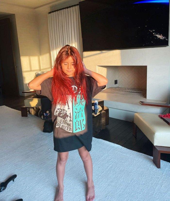 Penelope Disick se tiñe el pelo de rojo brillante