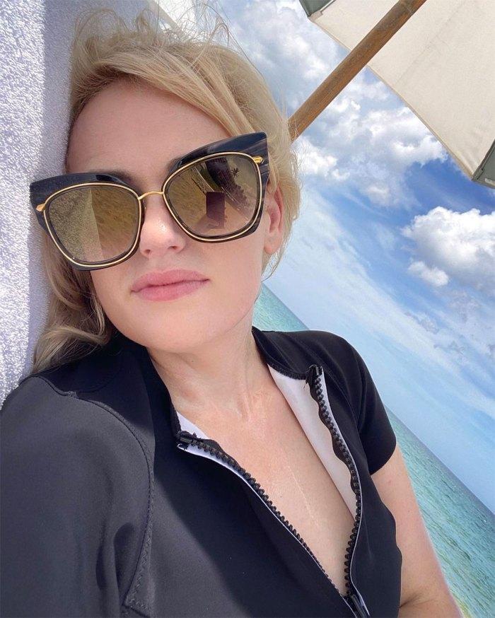 Rebel Wilson recuerda haber usado comida para adormecer mis emociones antes de su año de transformación de salud 3 gafas de sol en la playa
