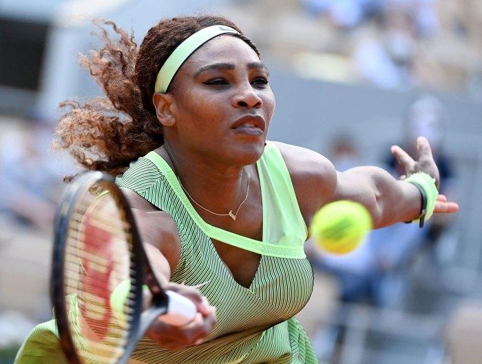 Serena Williams se retira del US Open debido a una lesión en el tendón de la corva con el atuendo verde de tenis