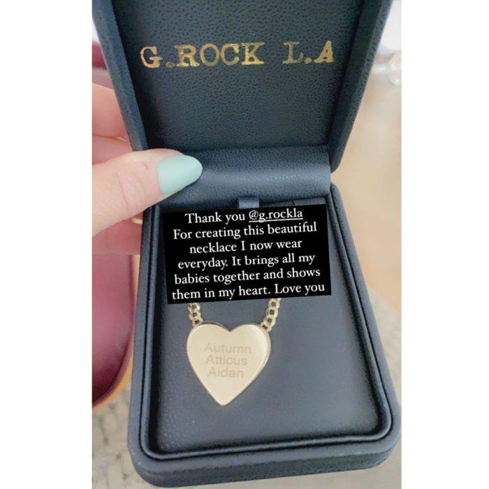 Jennifer Love Hewitt honra a 3 niños con el collar más dulce de mi corazón