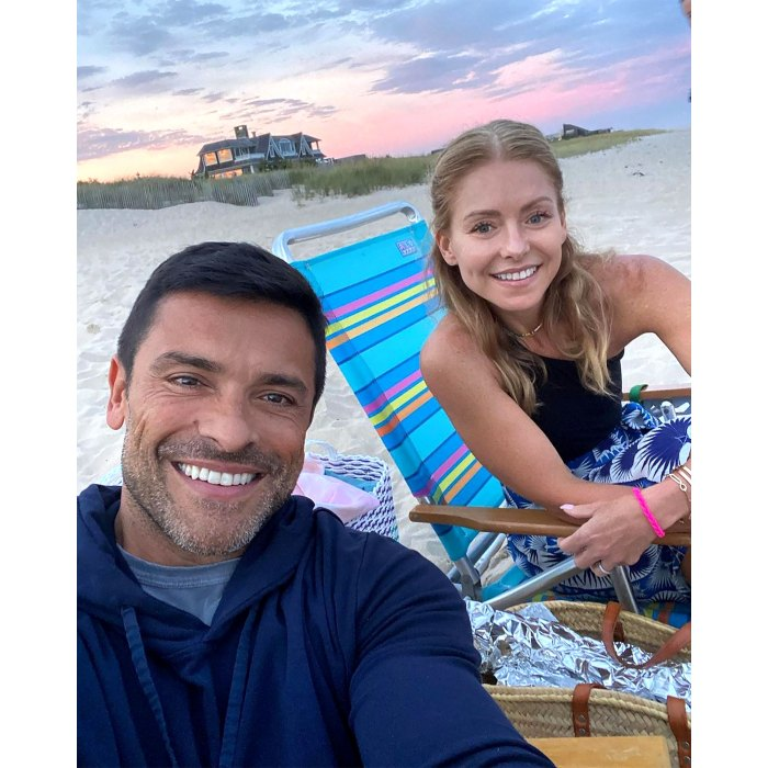 """Kelly Ripa Claps Back at Fan's Accusation Over """"Fresh-Faced"""" Beach Photo"""