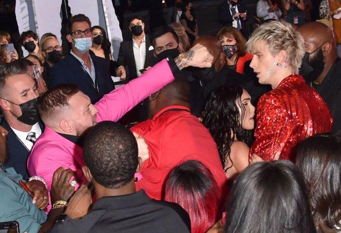 Machine Gun Kelly bromea sobre el drama de los VMA Conor McGregor