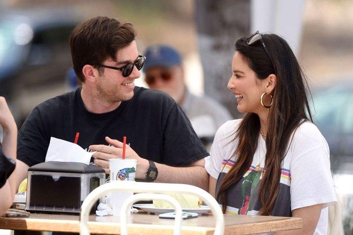 La embarazada Olivia Munn muestra el progreso de Baby Bump en una nueva foto con John Mulaney Eating Smile Aro de gafas de sol