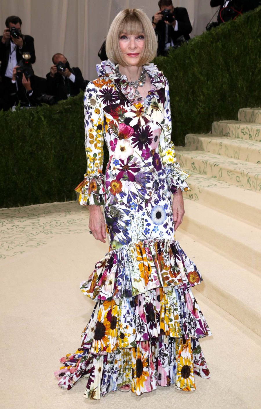MET GALA 2021 Shes Here See Anna Wintours Jaw Dropping Met Gala Gown