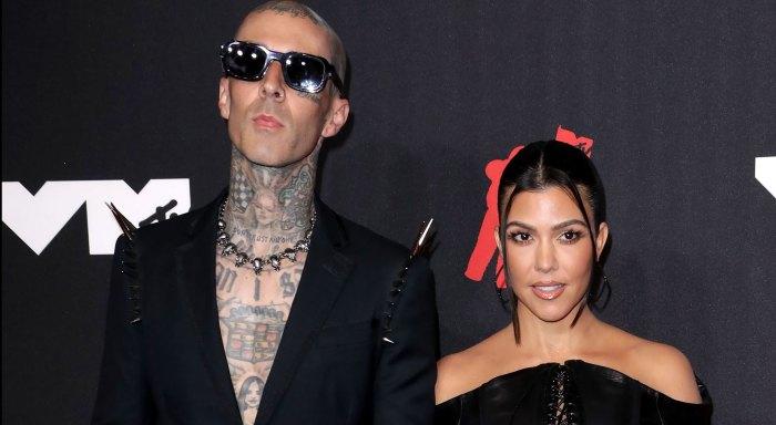 VMAs 2021 That PDA! Kourtney Kardashian and Travis Barker Kiss on VMAs Red Carpet