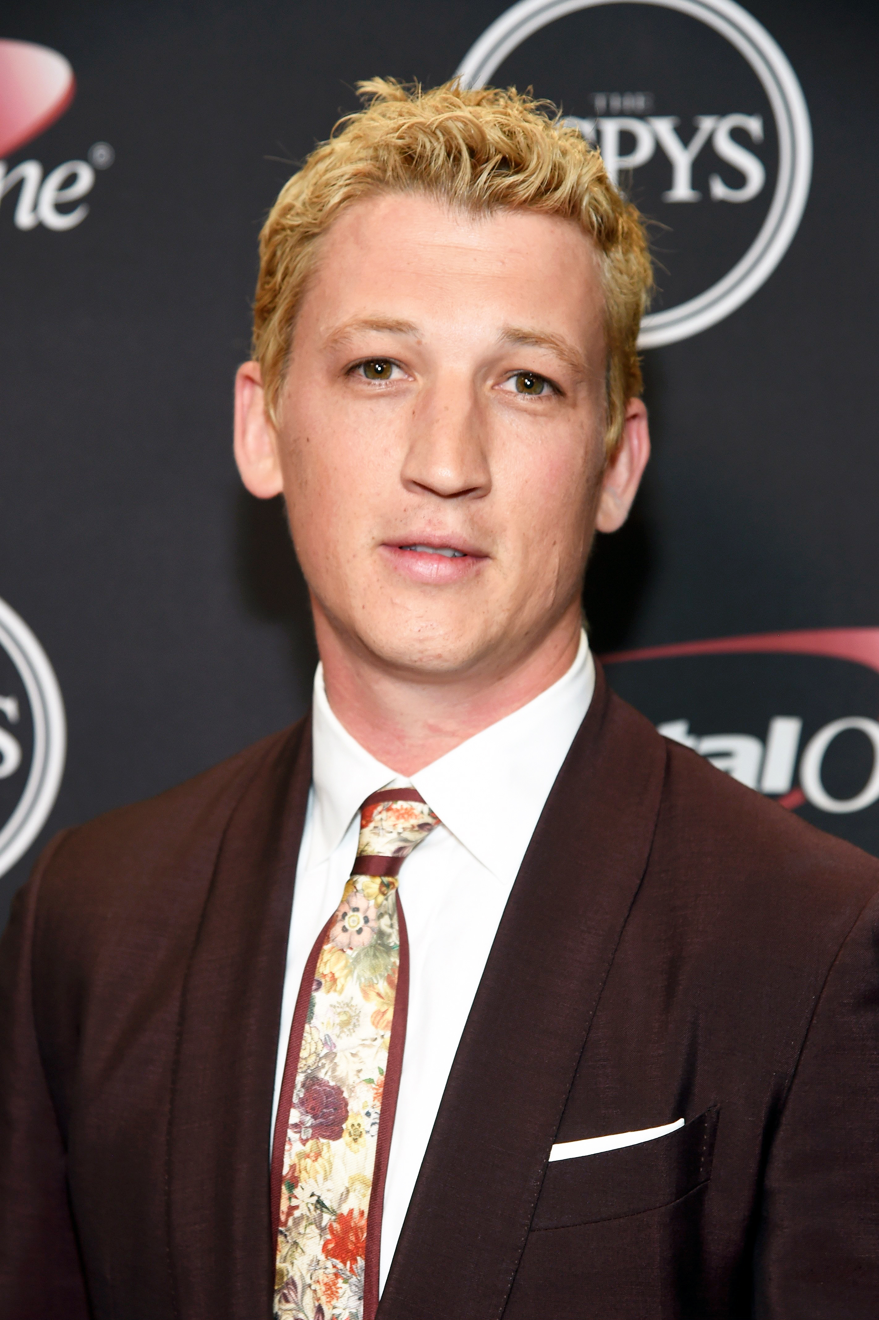 miles teller debuted blonde hair eyebrows at the 2016 espys. Black Bedroom Furniture Sets. Home Design Ideas