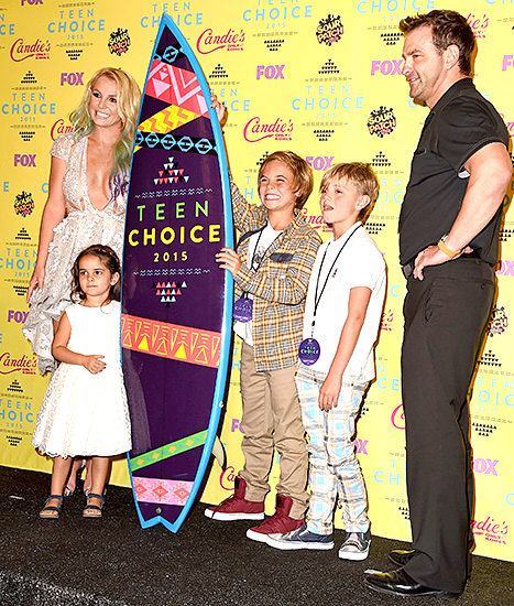 Britney Spears - Teen Choice Awards (press room with family)