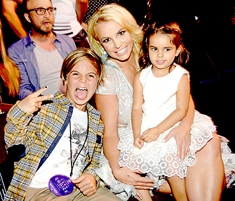 Britney Spears - Teen Choice Awards (audience with kids)