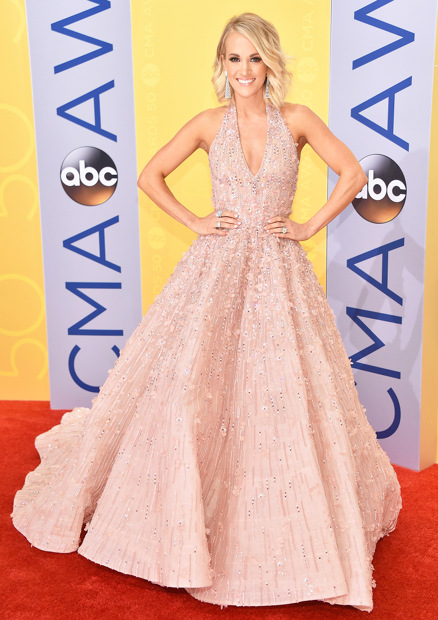 CMAs 2016: Carrie Underwood Wears a Dusty Pink Gown