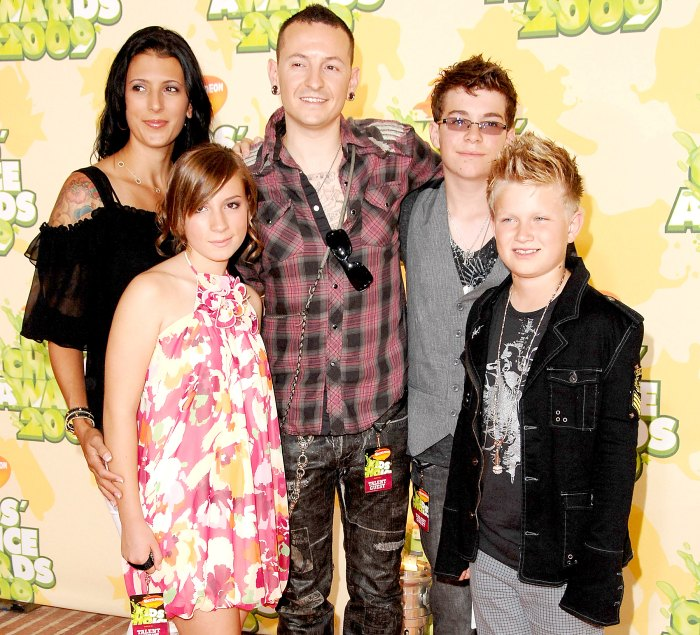 Chester Bennington, wife Talinda Bentley, and family arrive at Nickelodeon's 2009 Kids' Choice Awards at UCLA's Pauley Pavilion on March 28, 2009 in Westwood, California.