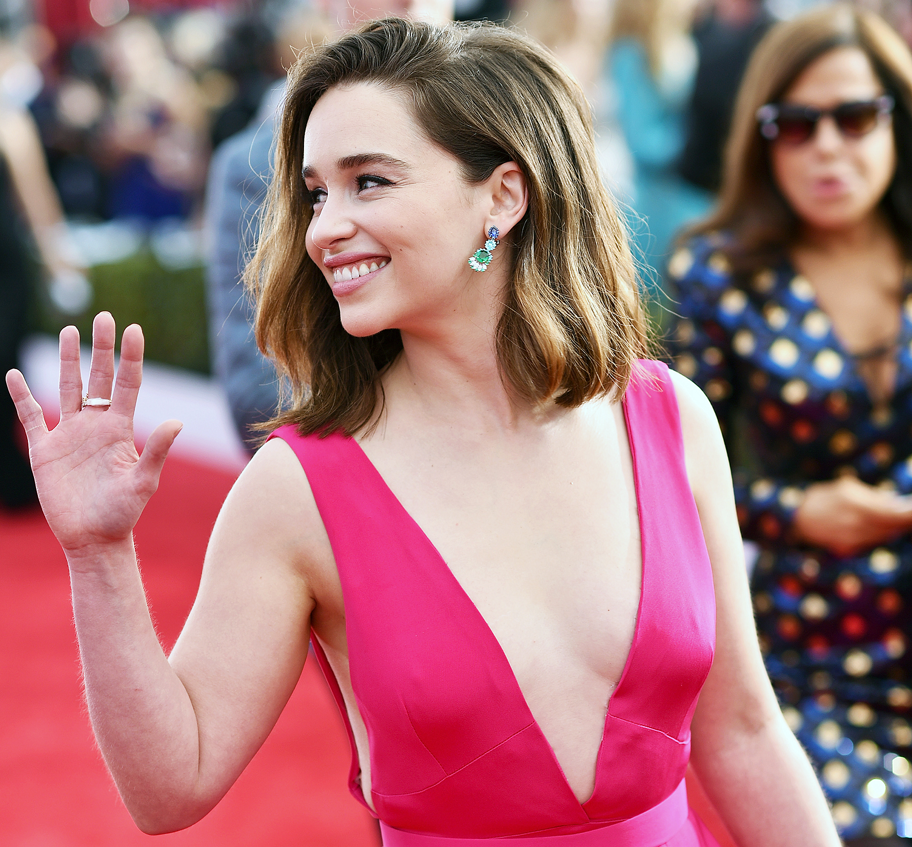 Recreate Emilia Clarke S Textured Hairstyle At The 2016 Sags
