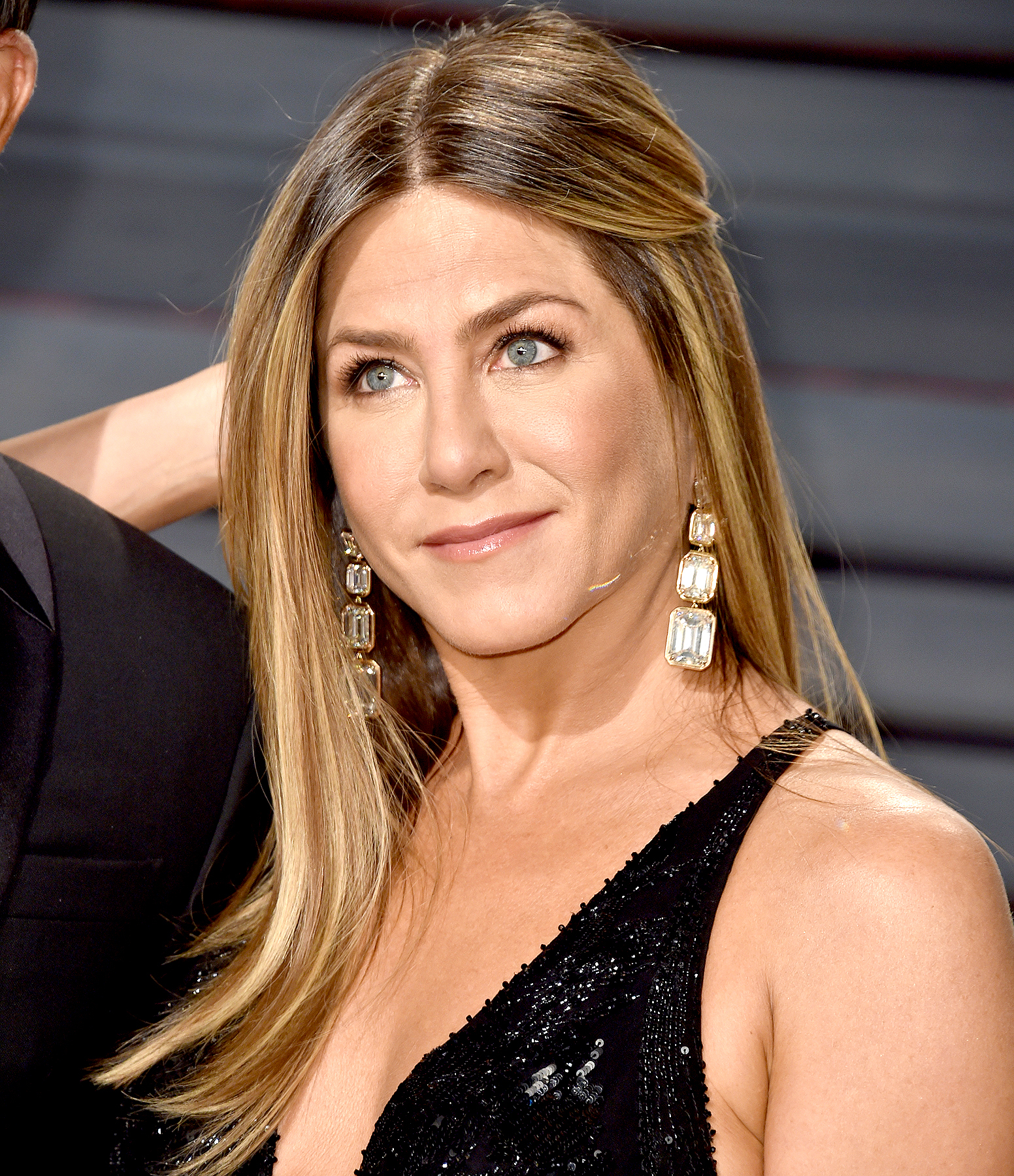Jennifer Aniston attends the 2017 Vanity Fair Oscar Party hosted by Graydon Carter at Wallis Annenberg Center for the Performing Arts on February 26, 2017 in Beverly Hills, California.