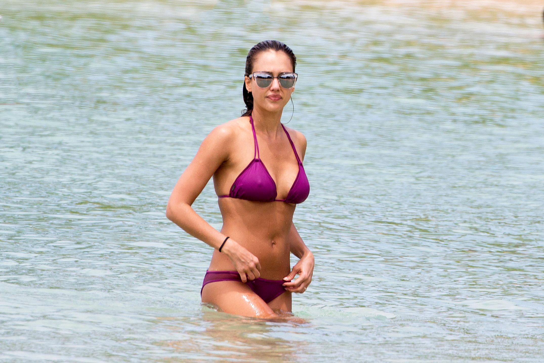 4b2c1b72e6333 Jessica Alba s Bikini Body  See Her String Swim Style