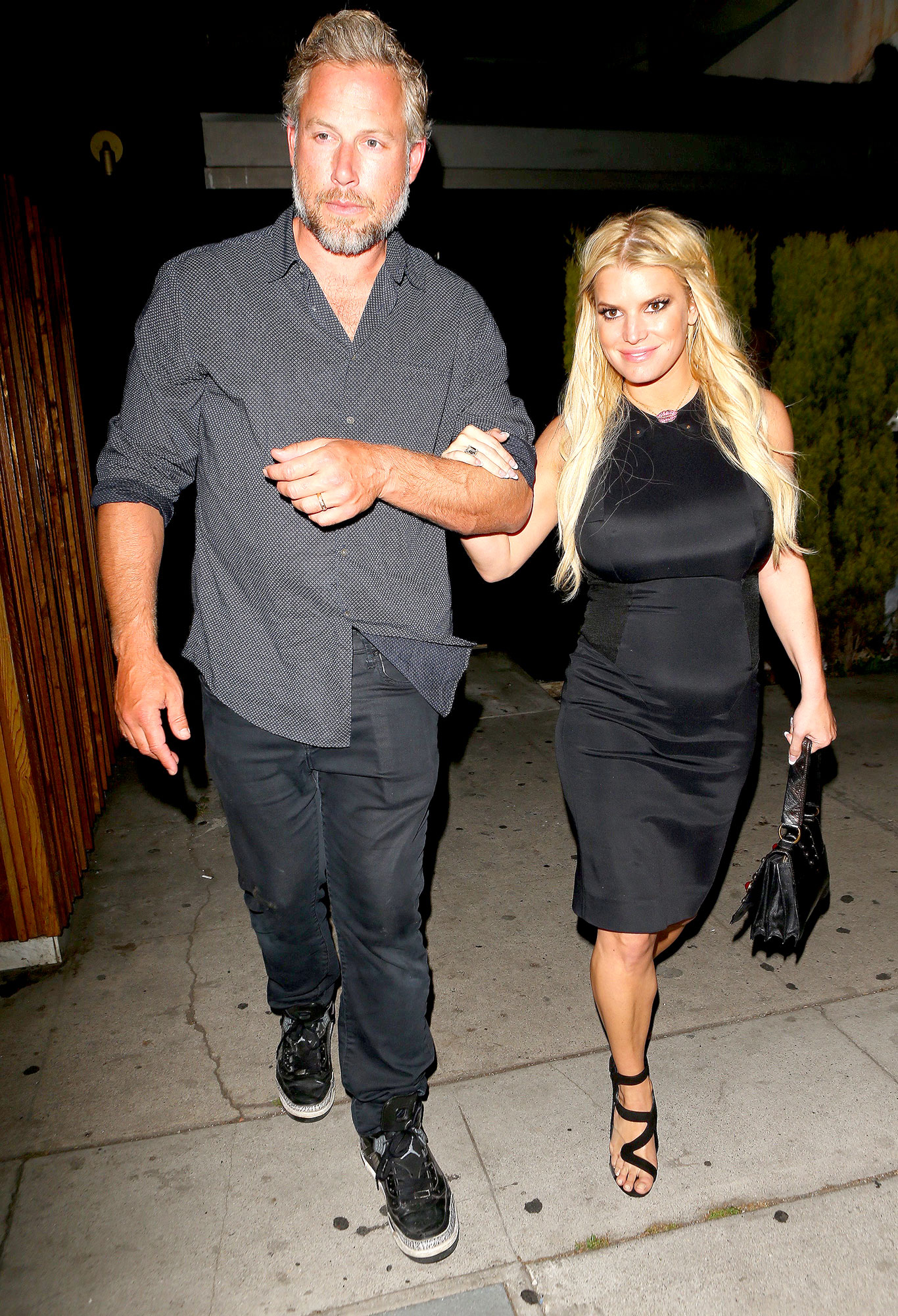 Jessica Simpson Works Curves in Tight Black Dress: Photo
