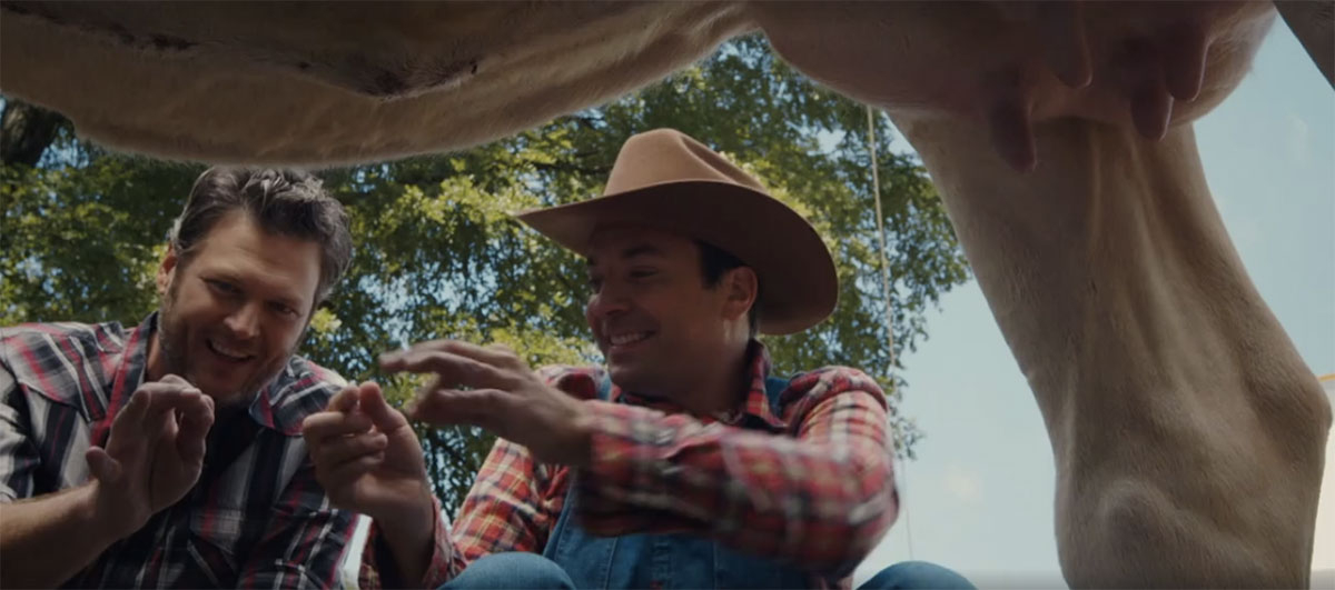 Blake Shelton teaches Jimmy Fallon how to milk a cow on 'The Tonight Show'