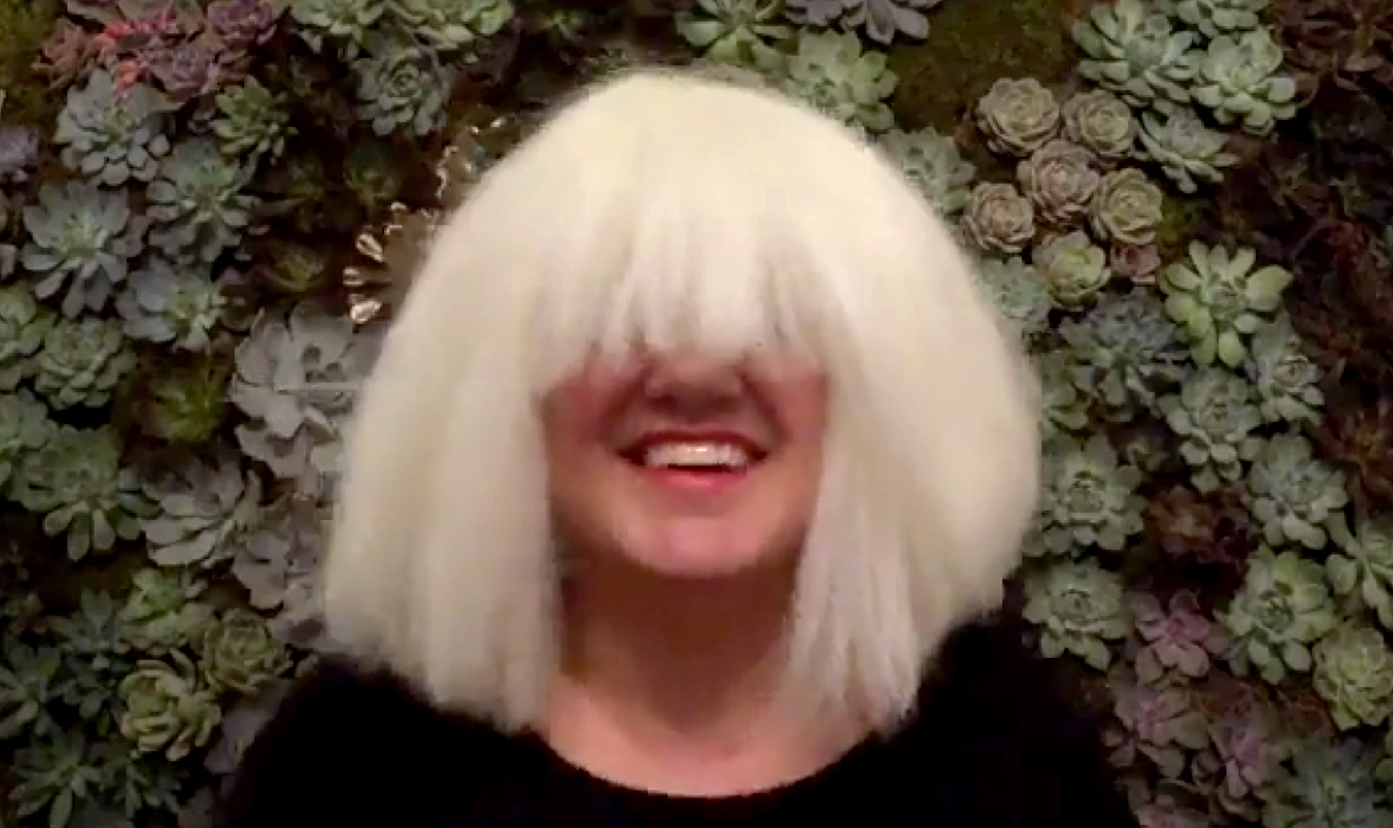 Kelly Clarkson Performs Sia S Chandelier In A Wig Facebook