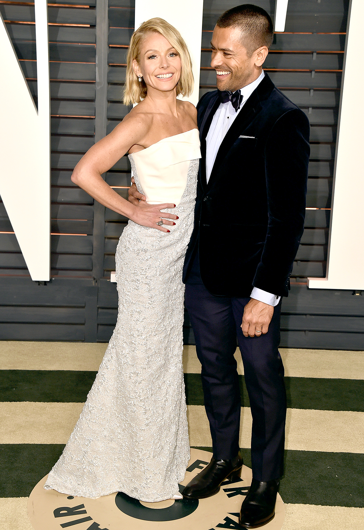 Kelly Ripa and Mark Consuelos attend the 2015 Vanity Fair Oscar Party hosted by Graydon Carter at Wallis Annenberg Center for the Performing Arts on February 22, 2015 in Beverly Hills, California.
