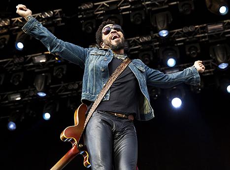Lenny Kravitz Flashes Penis During Concert After Splitting His Pants