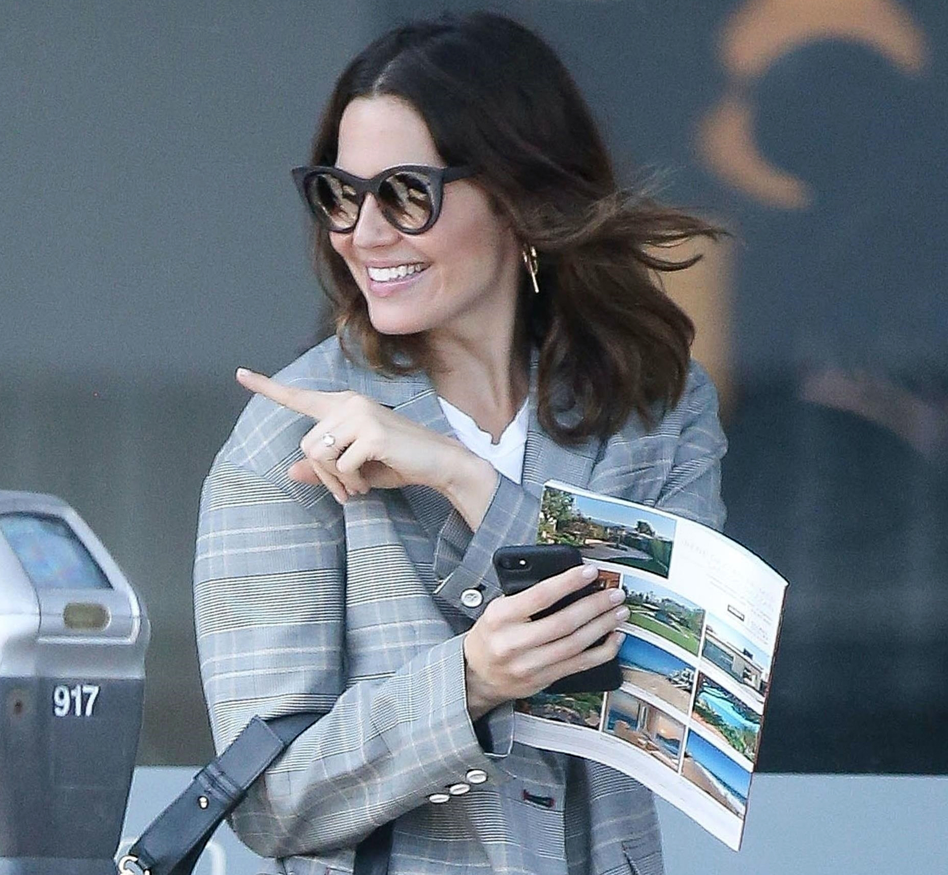 Mandy Moore and some family members stop for a coffee at Caffe Luxxe in Brentwood.