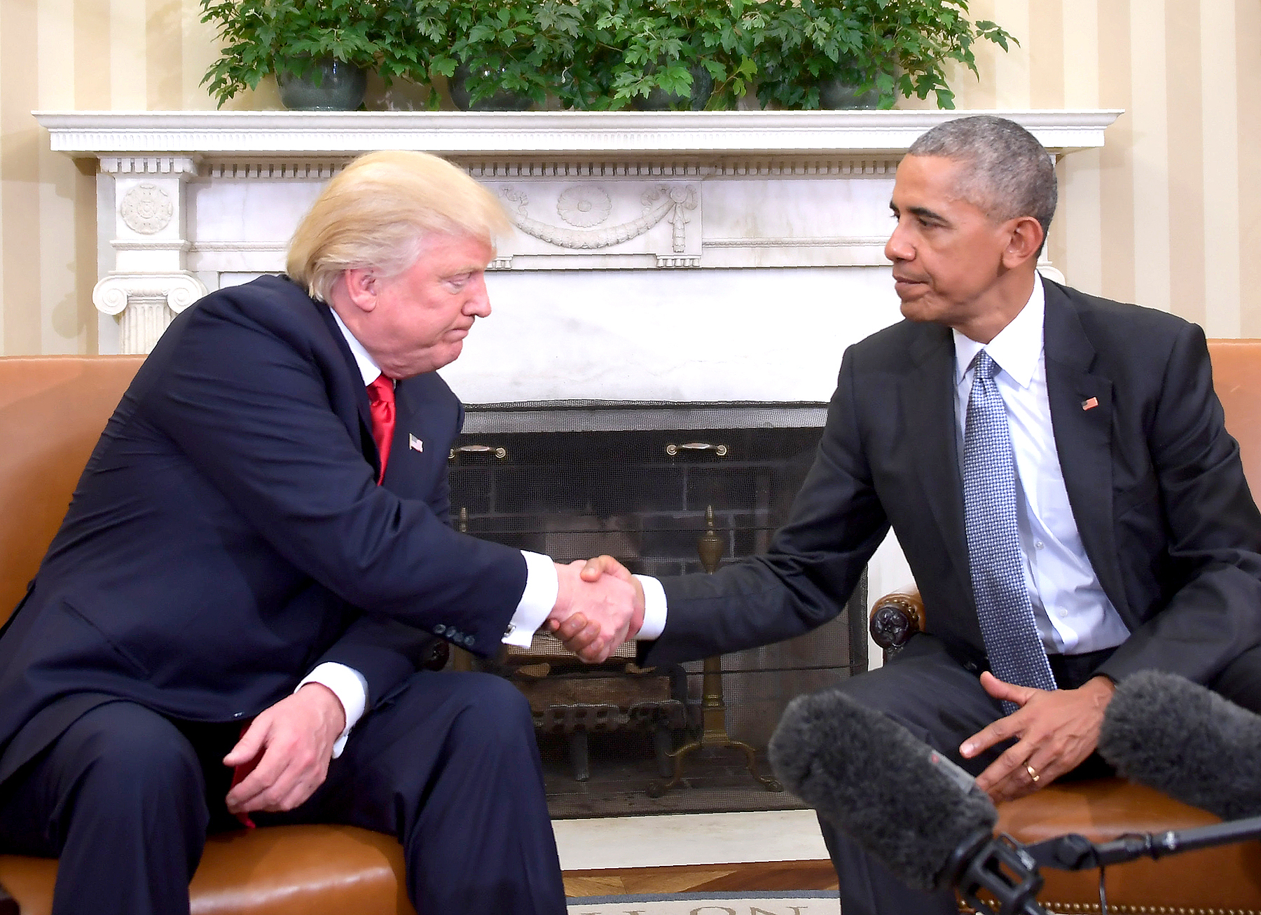 US President Barack Obama shakes hands as he meets with Republican President-elect Donald Trump on transition planning in the Oval Office at the White House on November 10, 2016 in Washington,DC.