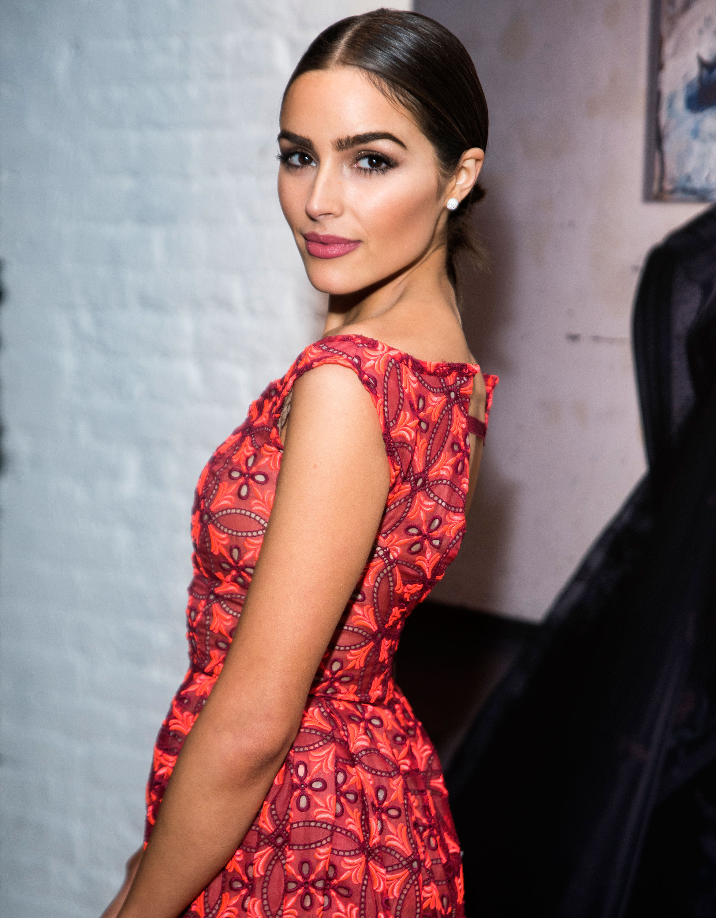 how olivia culpo grooms her brows hint elmer s glue is involved