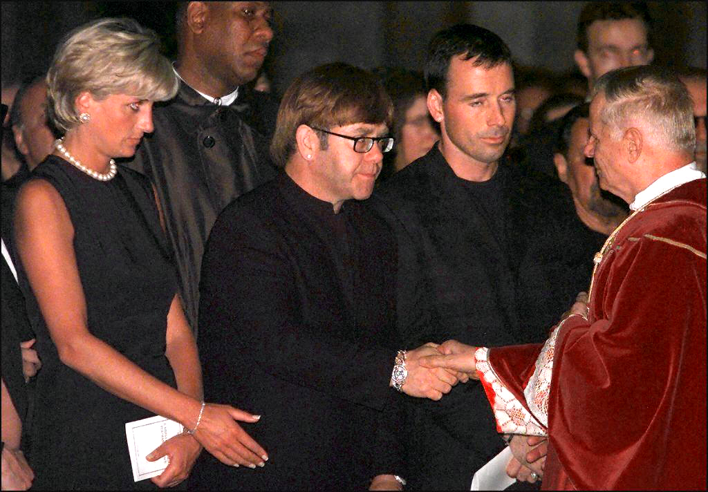 Archpriest Magio (R) shakes hands with British rock star Elton John standing next to Princess Diana (L) during the requiem mass for Italian fashion designer Gianni Versace at the Duomoin Milan 22 July 1997.