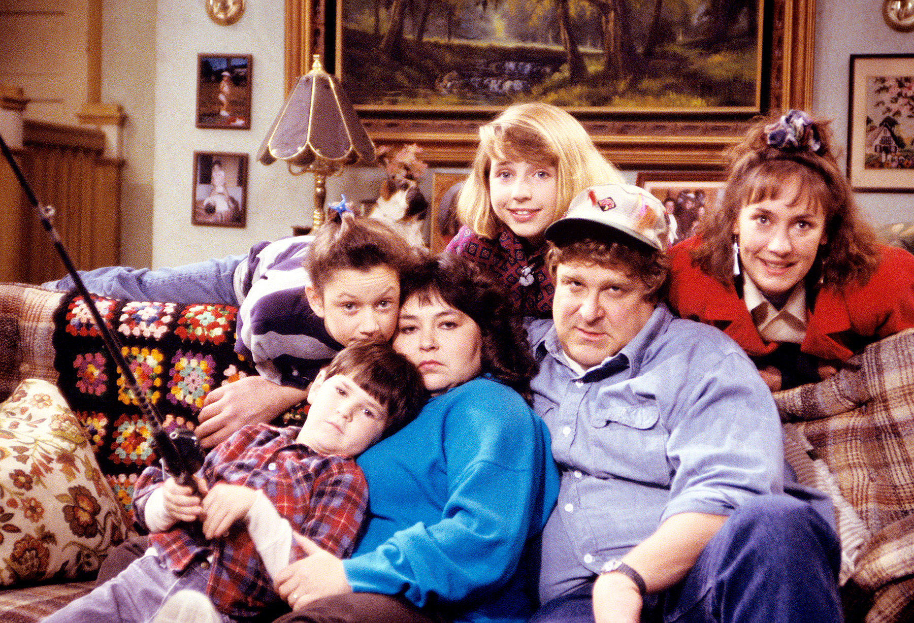 Michael Fishman, Sara Gilbert, Roseanne Barr, Alicia Goranson, John Goodman, and Laurie Metcalf on Roseanne.