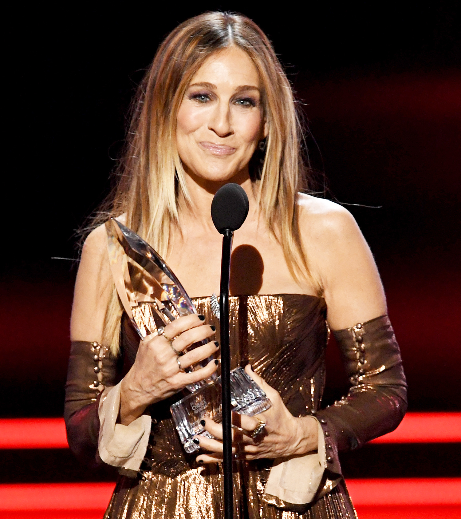 Sarah Jessica Parker accepts Favorite Premium Series Actress for 'Divorce' onstage during the People's Choice Awards 2017 at Microsoft Theater on January 18, 2017 in Los Angeles, California.