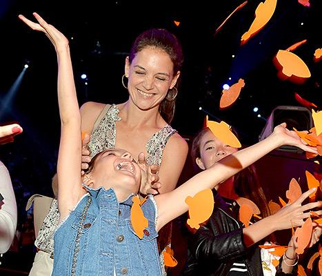 Suri Cruise and Katie Holmes - Kids Choice Awards (falling confetti)
